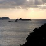 施無畏寺から見た苅藻島。拙堂が記した穴が見える。