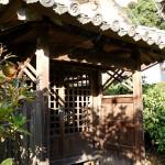 溪琴邸の北東の隅に唯一残る小祠。軍神である鹿島明神・香取明神を祀ったものだという。