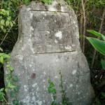 芳雲碑。おそらく鶴のことを記したものだろうが、碑面は消えかけている。
