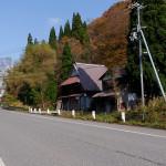 滋賀県側には古い民家が残る。