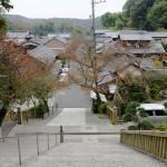 石段から見下ろす瑜伽の町並み。手前右が柳北が宿泊した西屋の跡。