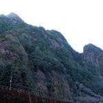 拙堂が滴翠峰と呼んだ一枚岩対岸の岩峰。