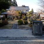 尾山集落の北の外れにある三学院跡地。拙堂や山陽が宿泊した修験道の大院で、昭和の初めに廃絶したという。この建物は最近まで旅館として使われていたが現在は無人。