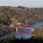 月瀬から望む月ヶ瀬橋と尾山。名張川に落ちる斜面がかつてはすべて梅林だった。