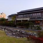 揖斐川の堤防から見た船津屋。かつては宿の窓から川面を見晴かすことができた。
