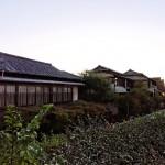 同じく堤防からの船津屋。鏡花宿泊当時のものではないが風情ある和風建築が残り、現在はレストラン兼結婚式場として使われている。