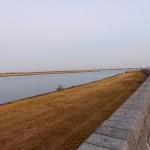 船津屋付近の堤防から見た揖斐川の河口。右奥に七里の渡しに面して立っていた桑名城の隅櫓が復元されている。