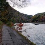 「徑甚だ隘く、猿貫して進む」と書かれた保津川沿いの道。今も車は通れない。