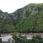 拙堂が「攅峰の東岸に駢立する有り」と記した熊野川左岸の橦木山。今も屏風状に岩が連なる。