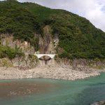 白見の滝から対岸の滝を見る。拙堂のいう「三重瀑」だろうか。この辺りの両岸には平成23年の豪雨の爪痕が残る。