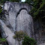 山上にある笠置寺の本尊の弥勒磨崖仏。高さ20mの巨岩に刻まれていたが、幾度かの拝殿の火災のため線刻は剥離してしまった。