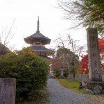 実城寺は明治に廃され、現在は南朝の記念塔が建つ。